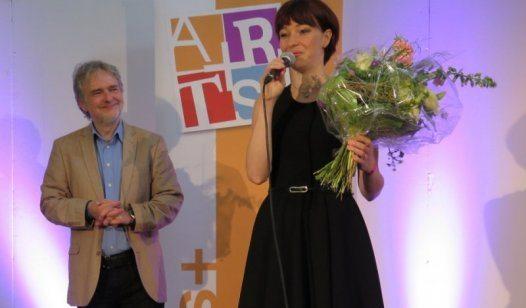 Miriam Feuersinger erhält aus den Händen von ARTS+ Präsident Beat Rink den PrixPlus 2015. Bild: Georg Rettenbacher